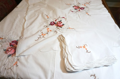 Embroidered Roses Tablecloth, 12 Napkins