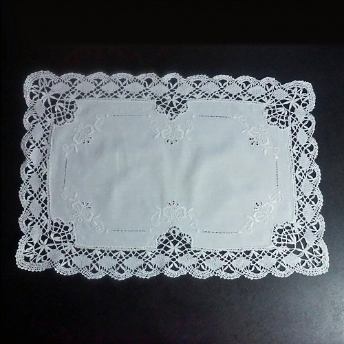 8 Pristine Linen and Lace Placemats